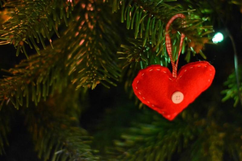 heart on christmas tree