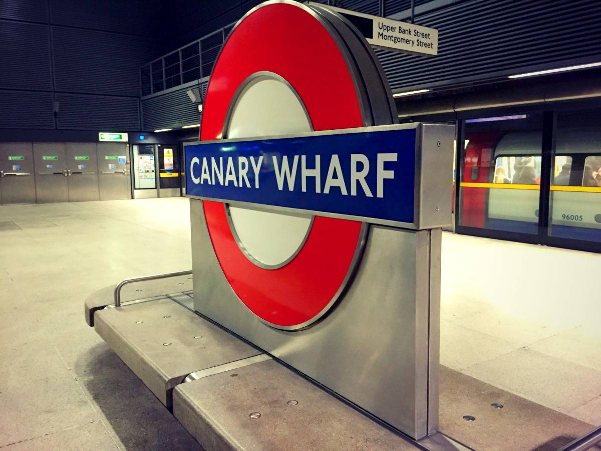 canary wharf tube sign
